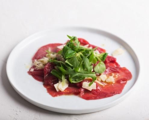 Piatti della tradizione italiana: Carpaccio di Bresaola, rucola e parmigiano