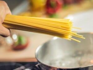 spghetti cooking aglio olio e peperoncino
